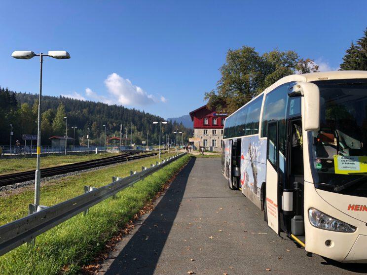 Der Bus wartet auf Sie!